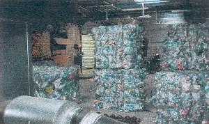 Incendie Dans Une Usine De Recyclage De Matières Plastiques.