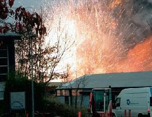 Incendie Suivi D'explosions Dans Une Usine De Fabrication De Feux D'artifices