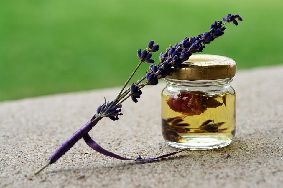 Accidentologie Associée Aux Activités D'extraction Par La Vapeur Des Parfums, Huiles Essentielles Contenues Dans Les Plantes Aromatiques